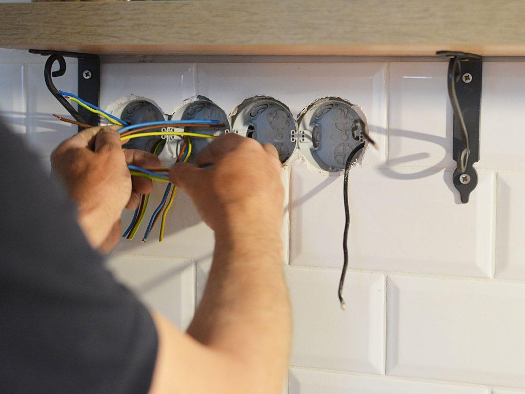 Elektriker Lyngby monter nye elinstallationer for kunde